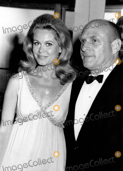 Elizabeth Montgomery Photo - Elizabeth Montgomery with Her Husband 176 Photo by Bill Holz-Globe Photos Inc