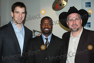 Harold Reynolds Photo - Eli Manning Harold Reynolds (Espn Studio Former Major League Baseball Player) Garth Brooks K46673kr MT Sinai Hospital New Zone Dedication of New Zone For Sick Kids New York City 02-07-2006 Photo Ken Rumments-Globe Photos Inc