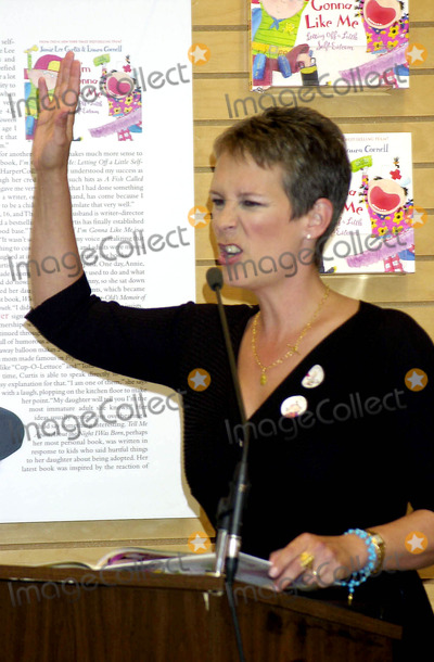 Jamie Lee Curtis Photo - Sd091702 Bookstore Appearence by Jamie Lee Curtis For Her New Book im Gonna Like ME Barnes  Noble NYC Jamie Lee Curtis Photo by John Krondes Globe Photosinc