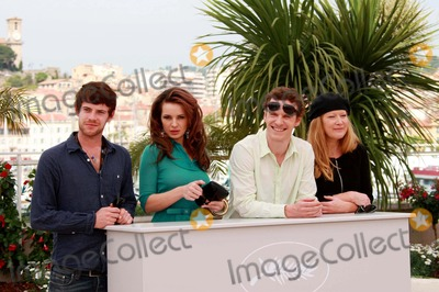 Andrea Arnold Photo - HARRY TREADWAY KIERSTON WAREING MICHAEL FASSBENDER  ANDREA ARNOLD ACTORS  DIRECTOR Fish Tank Photo Call at the 2009 Cannes Film Festival at Palais Des Festival Cannes France 05-14-2009Photo By David Gadd Allstar--Globe Photos Inc  2009 WEARING A PURPLE DRESSK61904