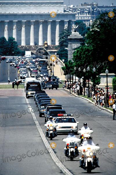 Jackie Onassis Photo - Funeral Procession to Arlington Cemetary For Jacqueline Kennedy Onassis Photojames Colburn  Ipol  Globe Photos Inc Jacquelinekenndeyonassisretro