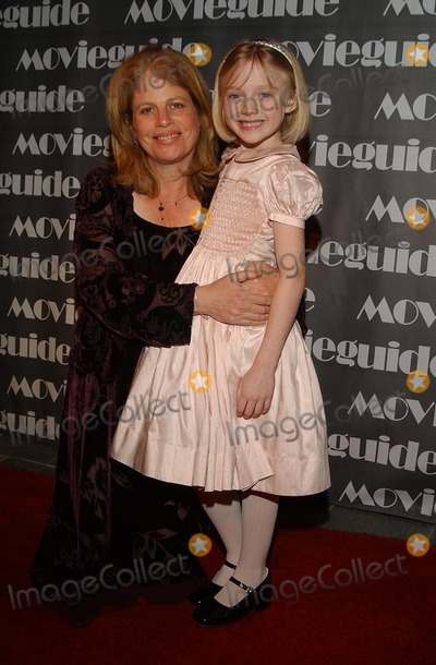 Jessie Nelson Photo - 10th Annual Movie Guide Awards Skirball Cultural Center LA CA 03202002 Dakota Fanning and Jessie Nelson (Director) Photo by Amy GravesGlobe Photosinc2002 (D)