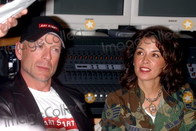 Annabella Sciorra Photo - Sd1114 Russell Simmons and Bruce Willis Present Recording Studio to Nyc-based Youth Outreach Group Art Start Photojohn BarrettGlobe Photos Inc 2002 Bruce Willis and Annabella Sciorra