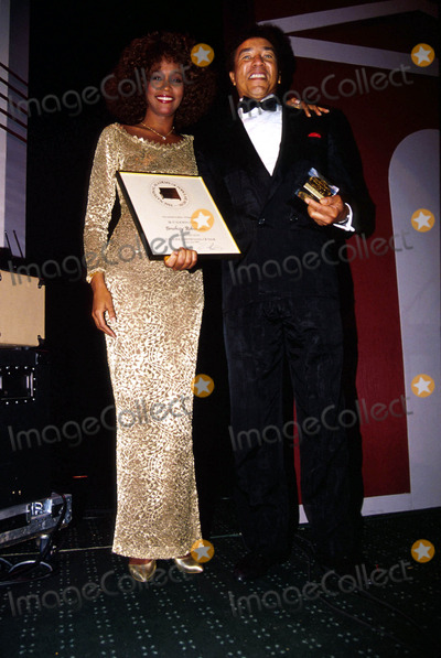 Smokey Robinson Photo - Whitneyhoustonretro K15382kj 1990 Songwriter Hall Fame Whitney Houston_smokey Robinson Photo by Kelly JordanGlobe Photosinc