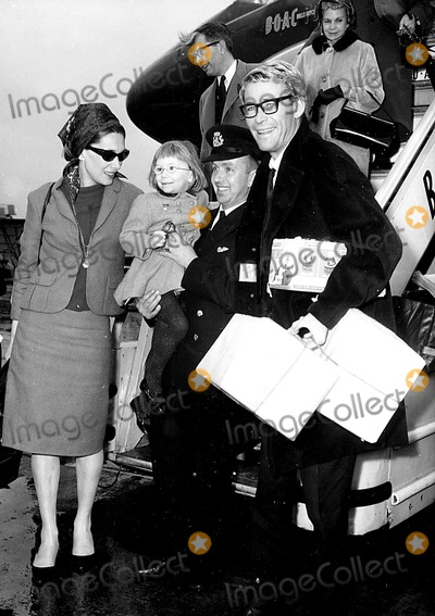 Peter OToole Photo - Peter Otoole with His Wife and Daughter at the Airport 3141964 Globe Photos Inc Peterotooleretro