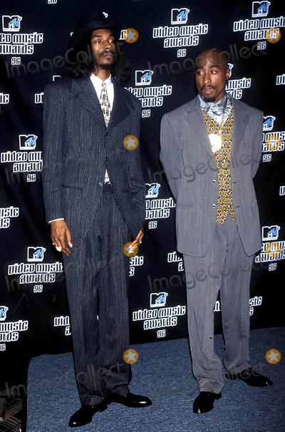 Tupac Shakur Photo - Tupac Shakur and Snoop Doggy Dogg K15382kj Mtv Music Video Awards Radio City Music Hall NYC Photokelly JordanGlobe Photos Inc