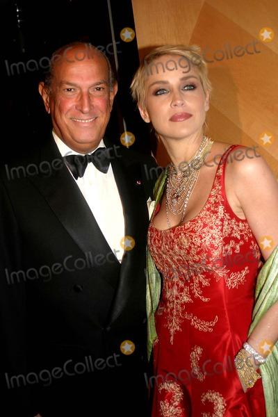 Sharon Stone Photo - the 2004 American Image Awards Grand Hyatt Hotel New York City 05032004 Photo Barry Talesnick  Ipol  Globe Photos Inc 2004 Sharon Stone and Oscar DE LA Renta