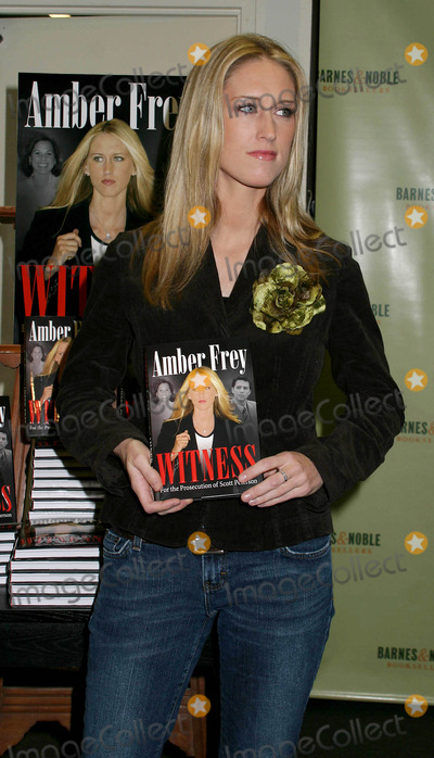 AMBER FREY Photo - Amber Frey Signs Copies of Her Book Witness For the Prosecution at Barnes and Noble  New York City 01-10-2005 Photo by Paul Schmulbach-Globe Photosinc Amber Frey